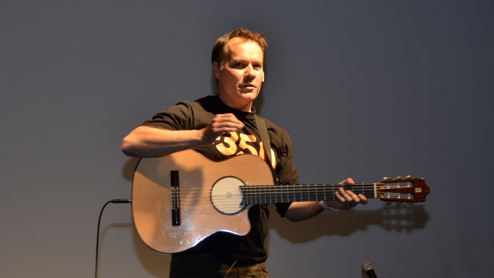 6th Science Slam Zurich: Oliver Marchand performs his covers of well-known hits whose lyrics he changed to the topic of climate change. From the first line he had the audience's heart in his hands!